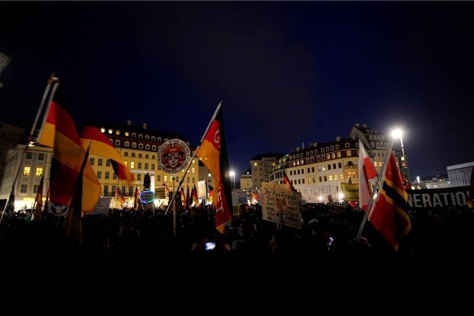 Die Anhänger der Bewegung versammelten sich auf dem Neumarkt.