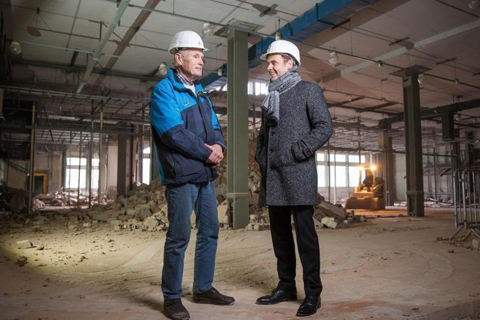 Der einstige Fernmeldetechniker Werner Pohle (l.) freut sich, dass der Dresdner CG-Chef Bert Wilde ihn noch einmal in das alte Fernmeldegebäude direkt am Postplatz führt.