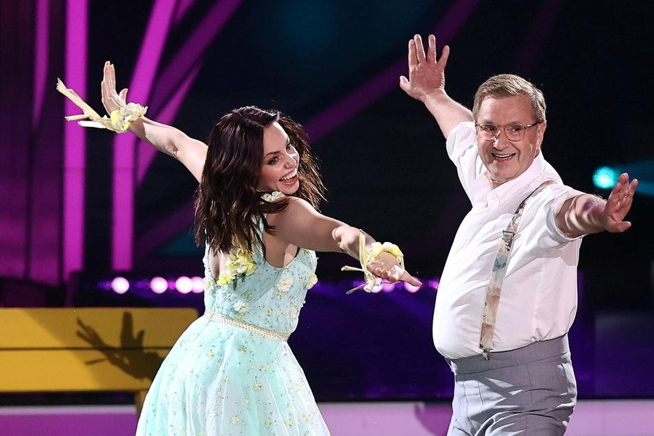 Jan Hofer (69) zeigt mit Profi Christina Luft (31) seine Idee vom Tanzen – hier einen Slowfox: Hofer geht bis an körperliche und mentale Grenzen.