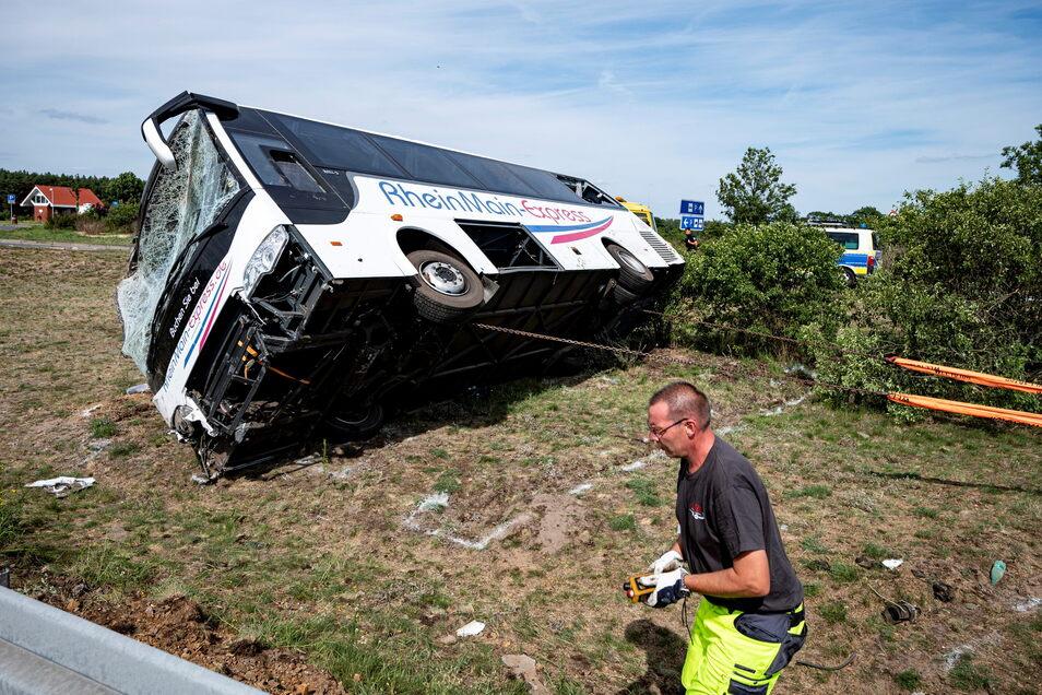 Der verunfallte Bus wird mithilfe von Stahlketten wieder auf die Räder gekippt. Der Bus ist an der Raststätte am Bugkgraben verunglückt.
