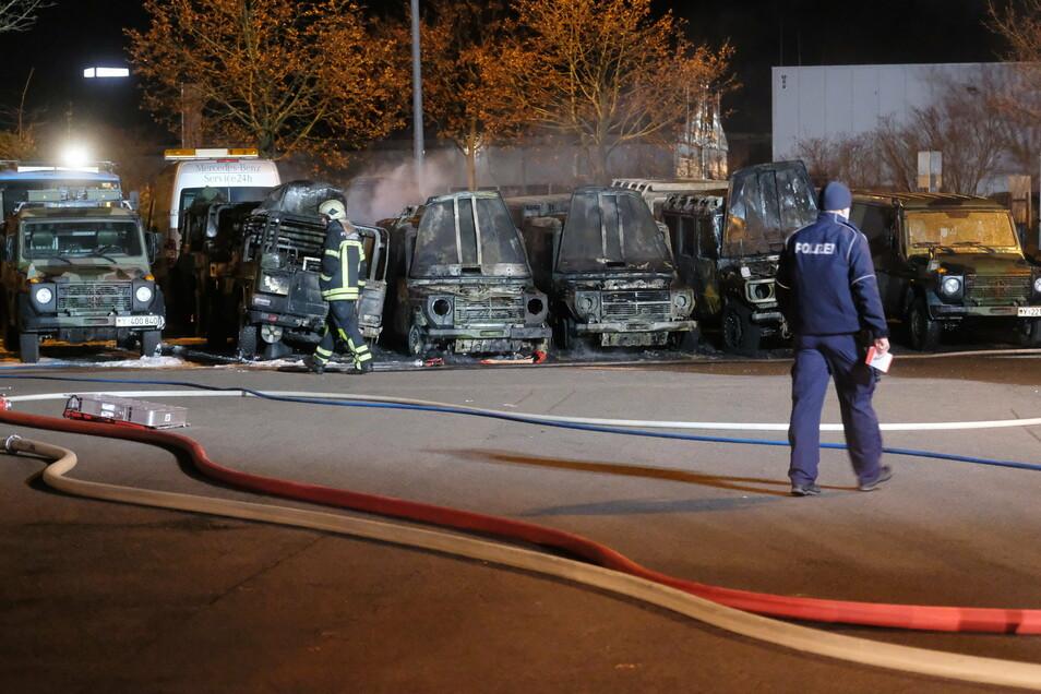 Die abgebrannten Geländewagen der Bundeswehr auf dem Gelände eines Autohandels in Leipzig. Die Polizei geht von Brandstiftung aus.