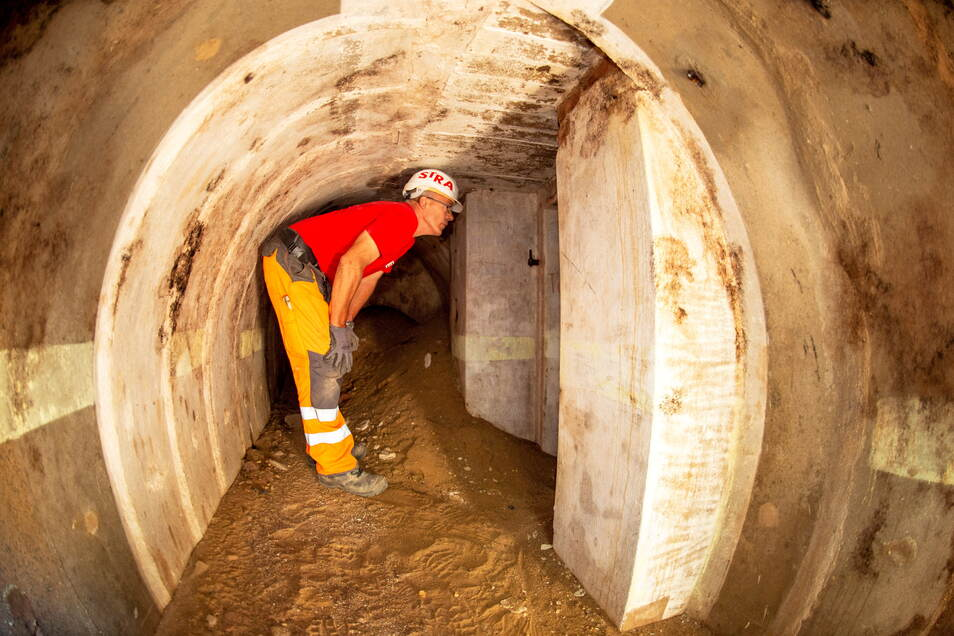 Massiver Beton und Gänge in verschiedene Richtungen, auch mit Hinweisen an den Wänden - so zeigt sich der Bunker unter dem Schulhof.