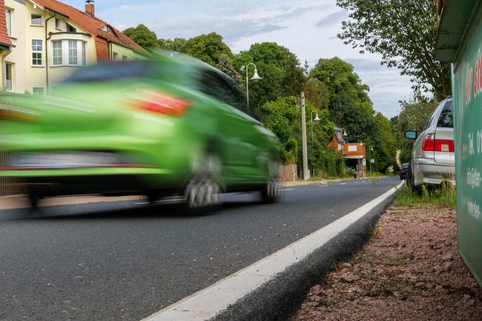 Schnell fahrende oder parkende Autos: Die Rauhentalstraße ist besonders für die Meißner Schüler gefährlich, die dort täglich entlang radeln.