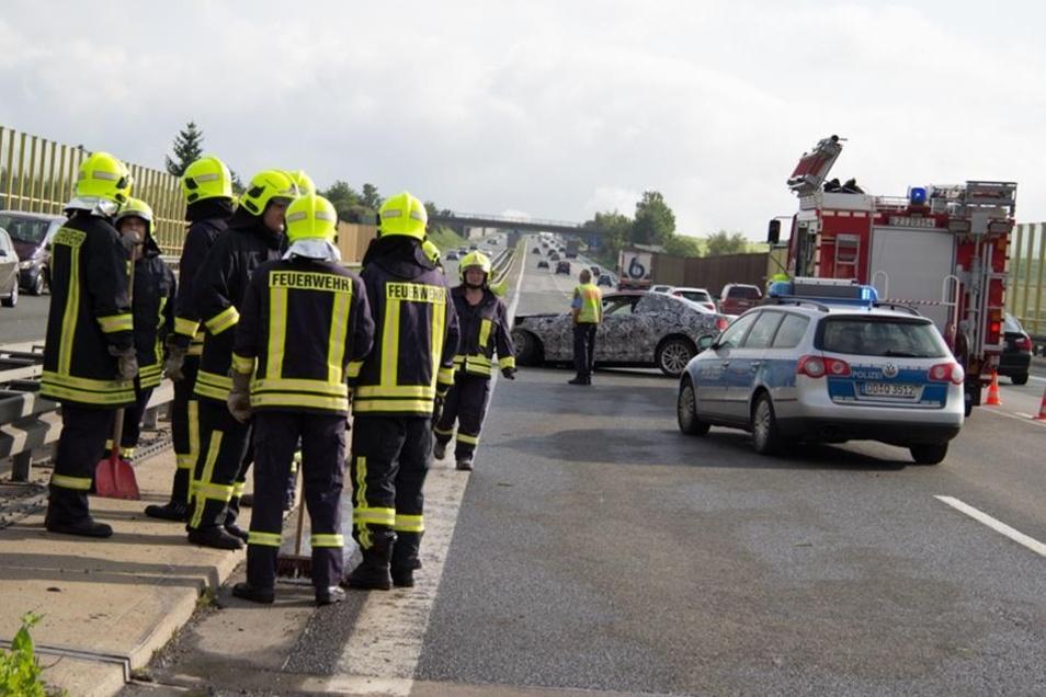 Das Auto schleuderte umher, rasierte etwa 50 Meter Schutzplanke nieder und kam gut 150 Meter später auf der linken Spur zum Stehen.