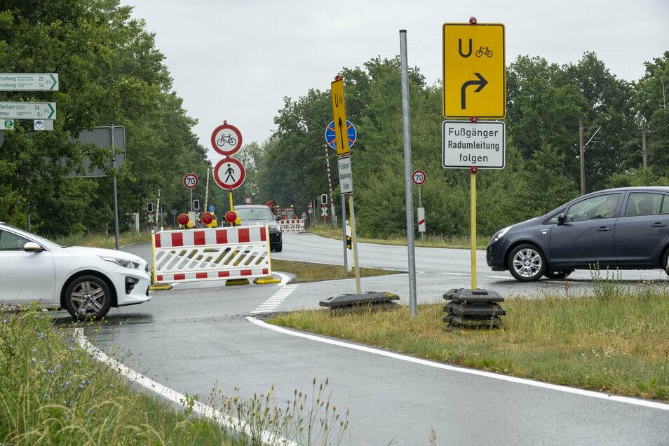 Vorm gesperrten Bahnübergang bei Tiefenau biegen viele Fahrzeuge in Richtung Nauwalde ab, um nach Gröditz zu gelangen.