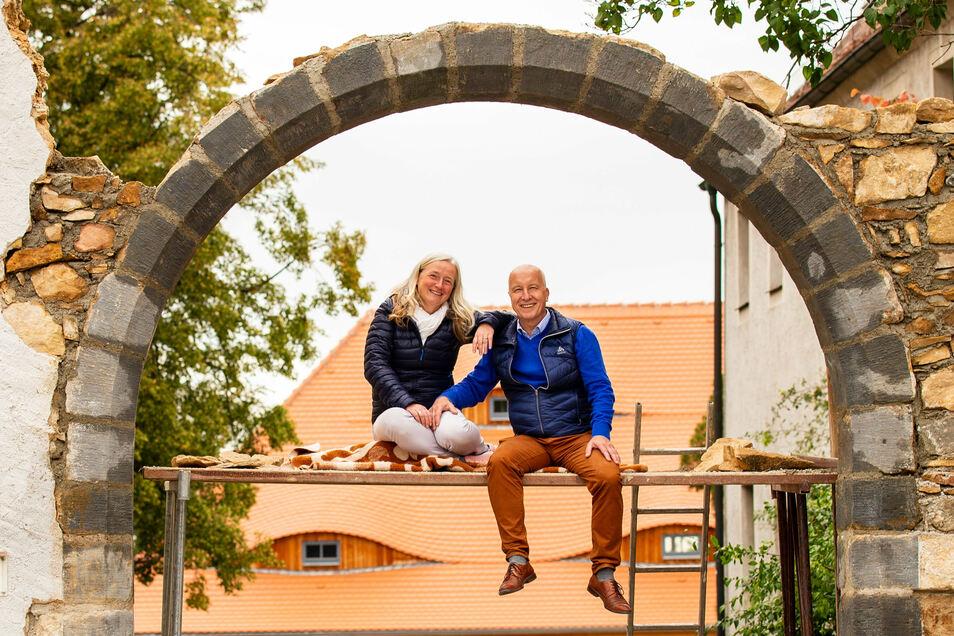 Für jeden Spaß zu haben: Corinna und Jörg Bräunig sind aufs Baugerüst für den Torbogen geklettert, der nun wieder den Eingang zu ihrer Scheune Markt 17 bildet.