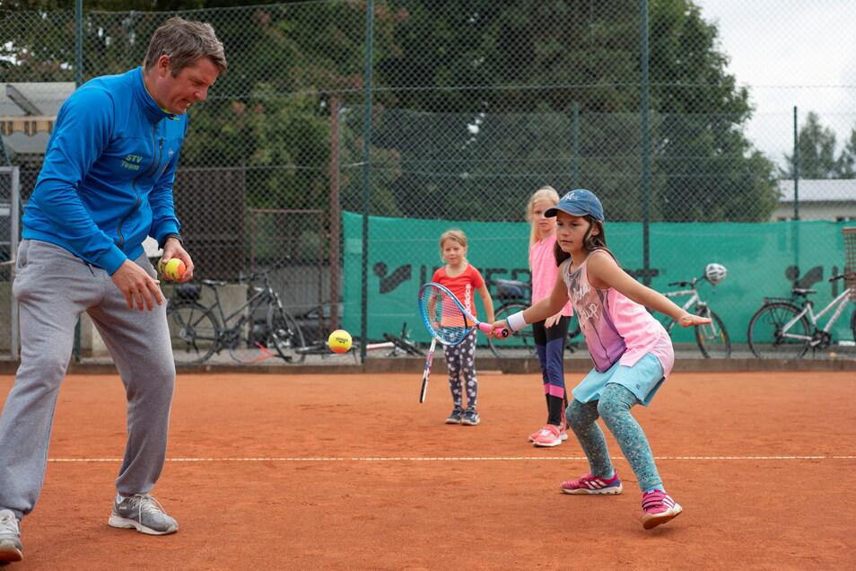 Von den Profis lernen: Im Pulsnitzer Tennis-Camp zeigt Sachsentrainer Volker Schmidt Feline (vorn), wie sie am besten den Ball zu nehmen hat. Lena (hinten) und Henriette schauen zu.
