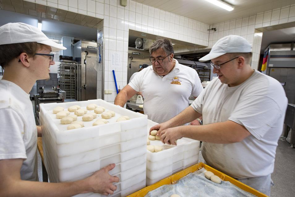 Viel Kraft in Armen und Händen braucht man in der Bäckerei Tschirch für die tägliche Arbeit - wie in jeder anderen Bäckerei auch. Ersetzen Roboter solche Arbeiten bald?