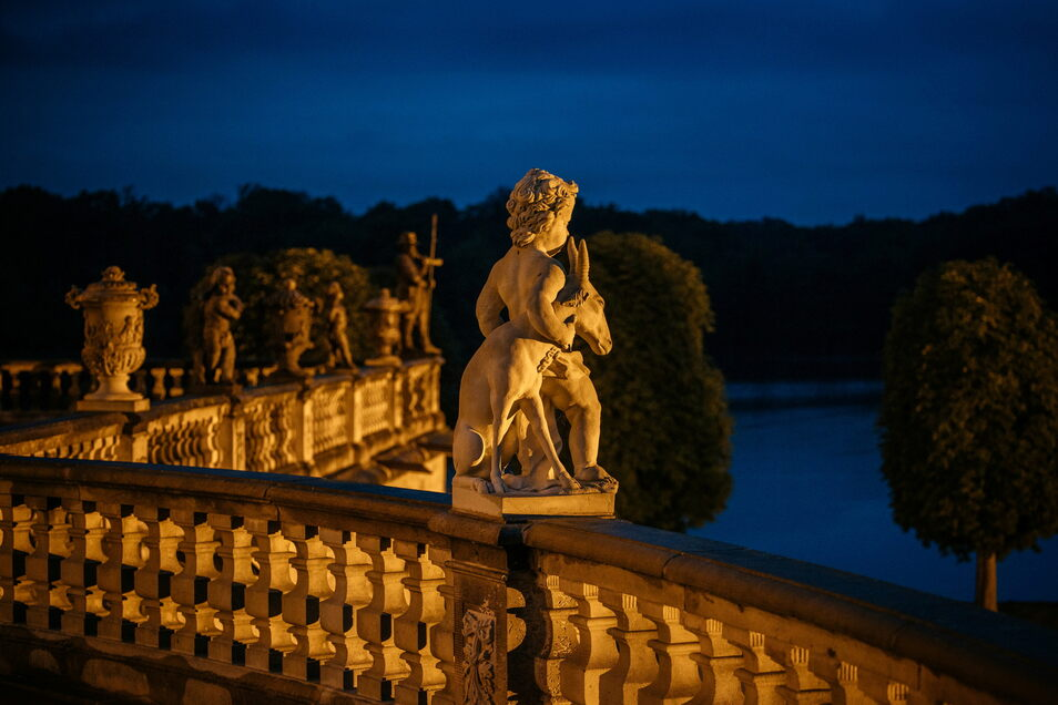 Abendliche Stimmung auf der Nordterrasse von Schloss Moritzburg.