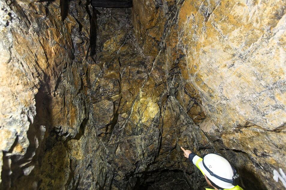 Das Gestein zeigt Spuren des früheren Abbaus, gibt aber auch Hinweise auf weitere Inhaltsstoffe, die für einen eventuellen neuen Abbau interessant werden können.