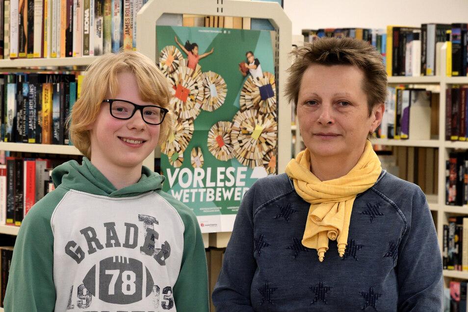 Ein strahlender Gewinner: Friedjof Bolsius mit Bibliotheksleiterin Heike Thomas.