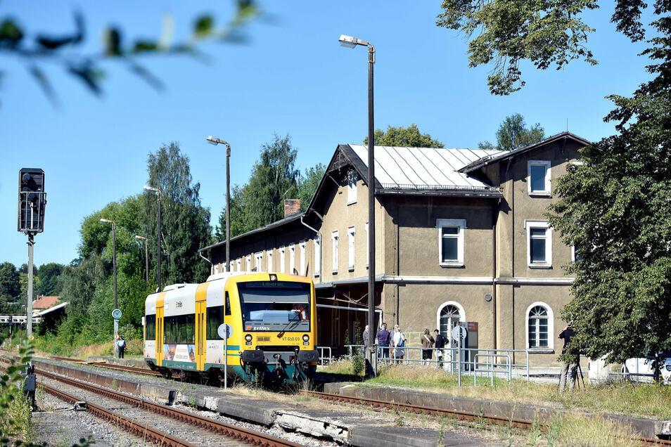 Die Bahnstrecke ist grenzüberschreitend und wird von der Länderbahn betrieben.