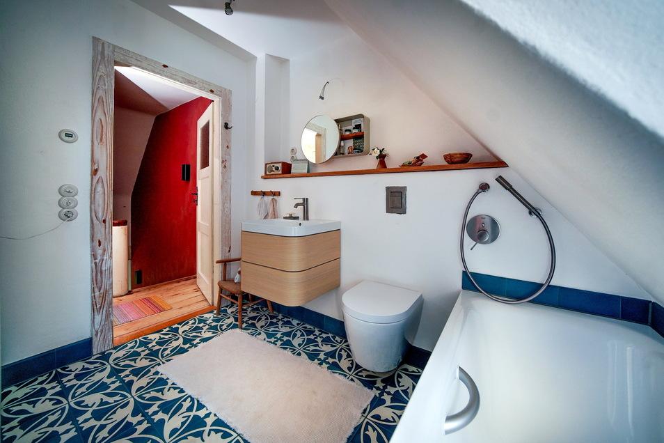 Das Farbkonzept des Hauses zieht sich in Türkies- und Grüntönen durch alle Räume. Im Bad schaffen ein neues Dachfenster mehr Licht und eine versetzte Wand mehr Bewegungsfreiheit.