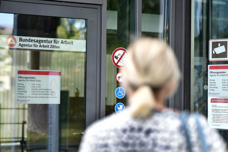 Klingeln zwecklos: Die Arbeitsagentur in Zittau ist für Besucher geschlossen.