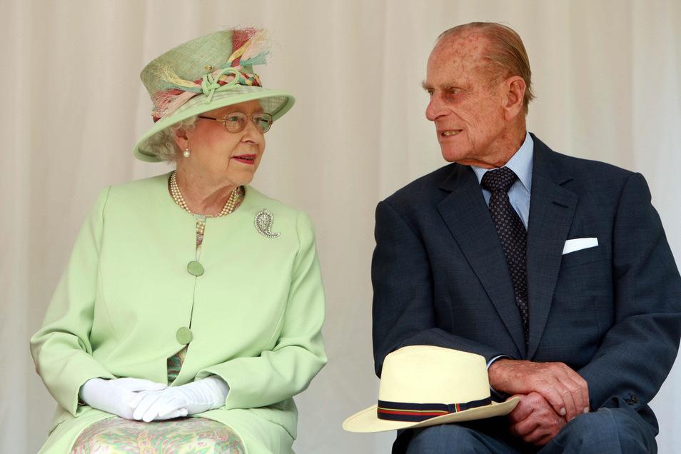 Königin Elizabeth II. (93) und ihr Mann, Prinz Philip (98), haben sich in der vergangenen Woche nach Schloss Windsor zurückgezogen.
