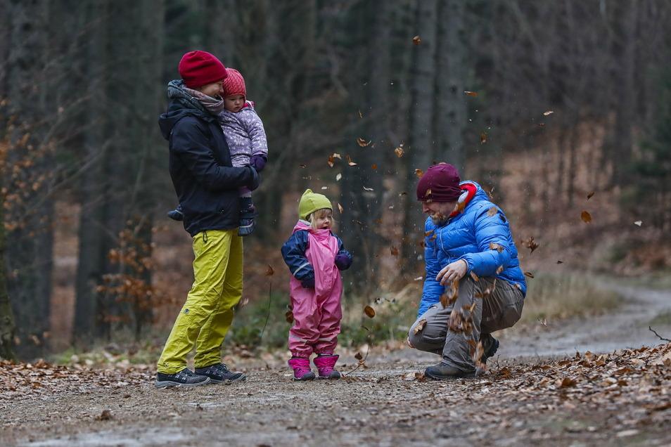 Eine Familie macht einen Neujahrsspaziergang im Zittauer Gebirge.