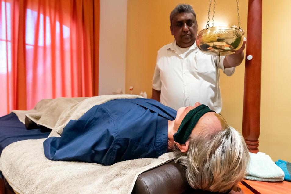 Tiefenentspannung mit einem ayurvedischen Stirnölguss: Dr. Sarath Galagoma hat in Sri Lanka praktiziert, jetzt betreut er Hotelgäste in Weißig.