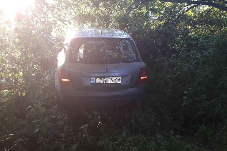 Im Schlamm stecken geblieben: So fanden die Beamten den Fiat Tipo in Zittau vor.