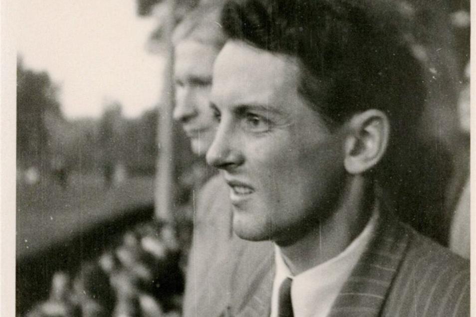 Immer am Ball: 1950 ist Heinz Fiedler als Reporter bei einem Fußballspiel im Hainsberger Stadion.