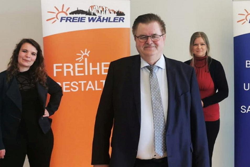 Christoph Fröse weiß engagierte Frauen hinter sich: Denise Wendt (stellv. Bundesvorsitzende, l.) und Kreisvorsitzende Peggy Weinlich.