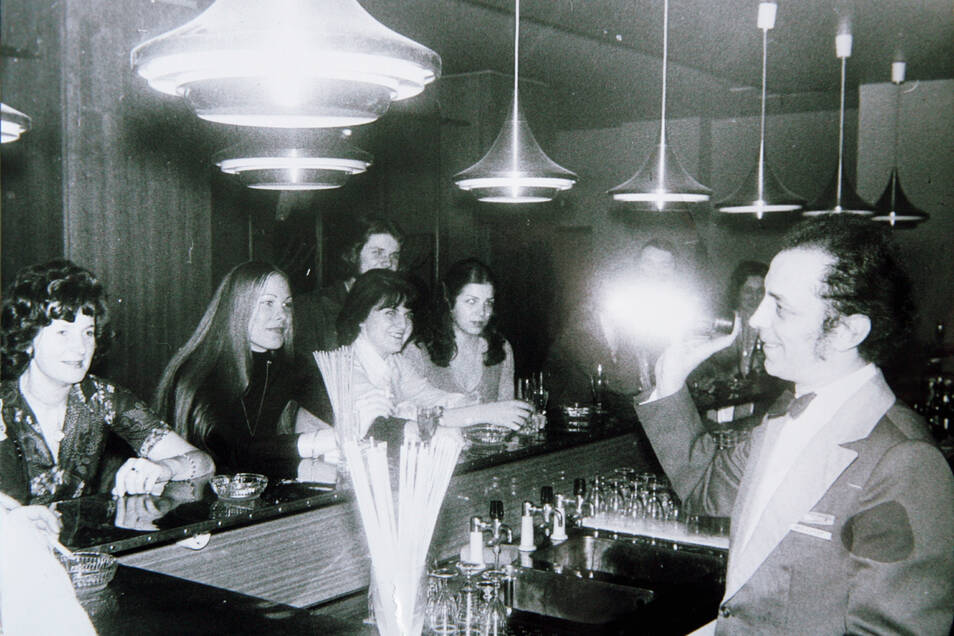 So sah es zu DDR-Zeiten in der Kakadu-Bar aus. Wer am Tresen Platz nehmen konnte, hatte gut lachen. Die Plätze in der Bar waren heiß begehrt.
