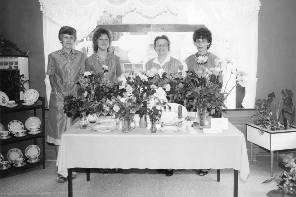 Monika Stephan (2.v.l.) 1984 mit ihren Kolleginnen im frisch renovierten Konsum-Geschäft an der Kesselsdorfer Straße.