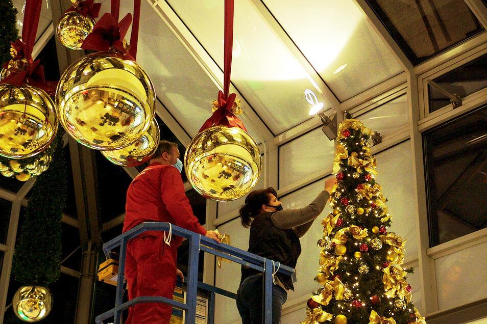 Ganz an der Spitze: Sylvia Degner von der Lautaer Werbeagentur Siegel bessert vom Lausitz-Center-Hubsteiger aus ganz oben am Haupt-Weihnachtsbaum im H-&-M-Lichthof des Lausitz-Centers nach.