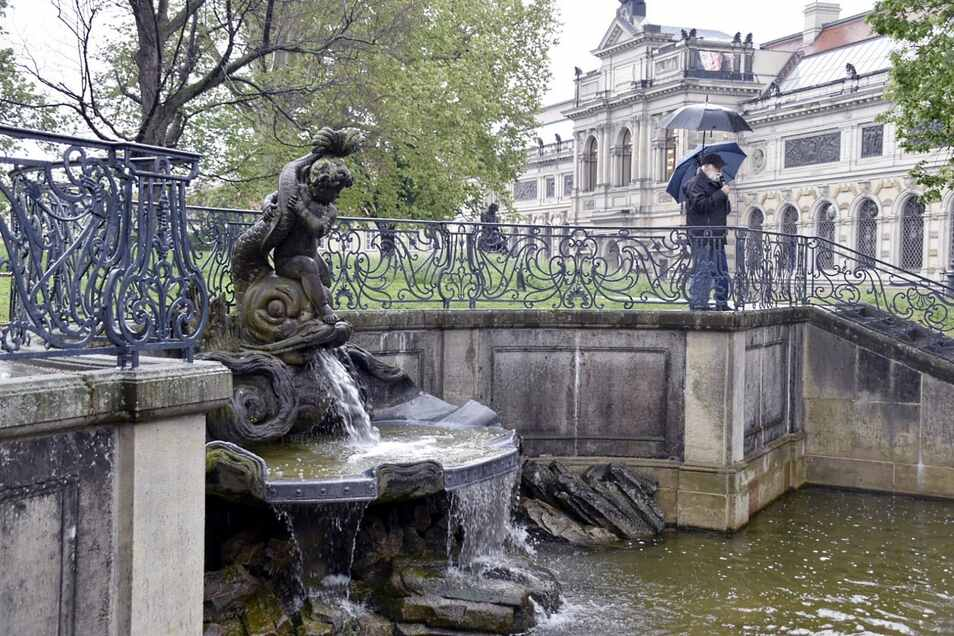 Der Delphinbrunnen auf der Brühlschen Terrasse wurde 1750 von Pierre Coudray geschaffen, die ersten Figuren stammten von Johann Gottfried Knöffler. Nach dem Zweiten Weltkrieg entstanden Replikate.