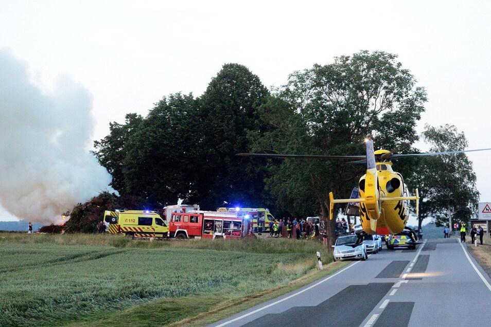 Beim Anzünden eines Sonnenwendfeuers in Steinigtwolmsdorf hat es Ende Juni eine starke Verpuffung gegeben, wobei mehrere Menschen teils schwer verletzt wurden. Die Ermittlungen der Polizei laufen weiter.