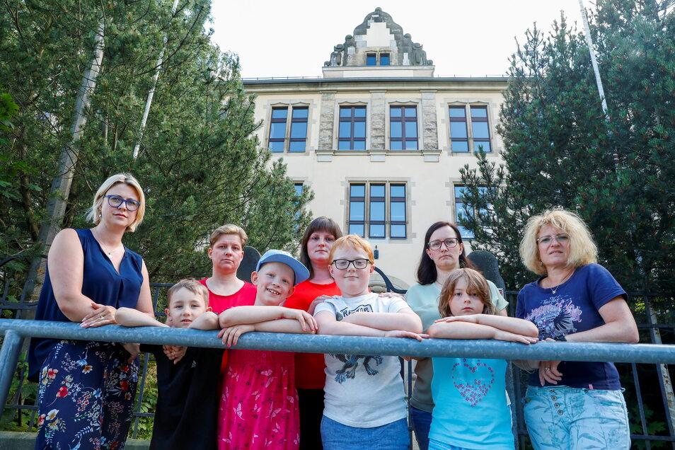 Elternsprecherin Julia Geyer-Gebler (links) und weitere Mütter mit ihren Kindern vor der Fichteschule. Sie kritisieren, dass der Lehrermangel hier für großes Chaos sorgt.