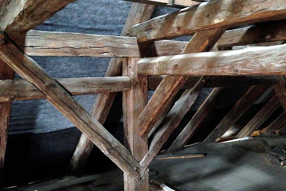 Dachgebälk: teils original wie vor 250 Jahren, noch mit alten Zimmermannszeichen; teils kunstvoll ausgebessert und ergänzt.