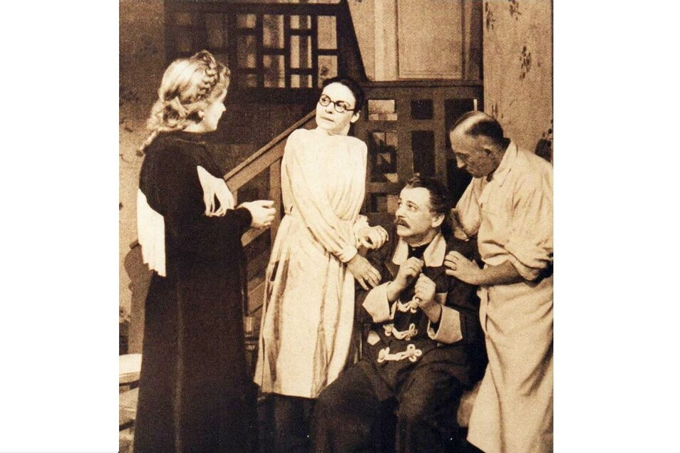 "1946 spielte das Stadttheater ""Pension Butterpilz"" (links Marion van de Kamp, spätere TV-Darstellerin). Bedeutender damals war aber anderes: die Verleihung des Namens Gerhart-Hauptmann-Theater."