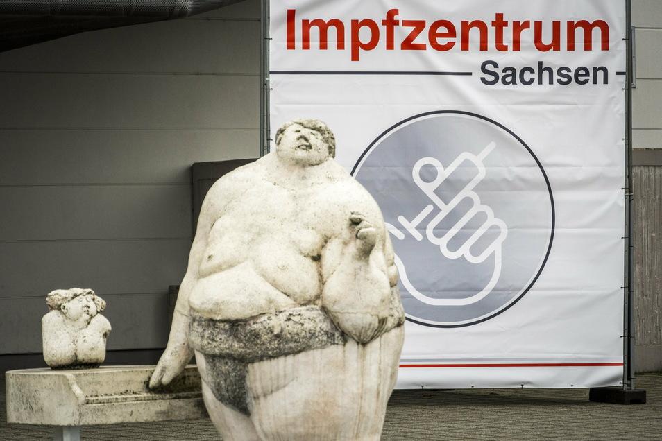 Die Sumoringer-Figuren vor der Sachsenarena gehören seit mehr als 20 Jahren zum Stadtbild. Impfzentrum ist die Arena dagegen noch nicht mal zwei Monate.
