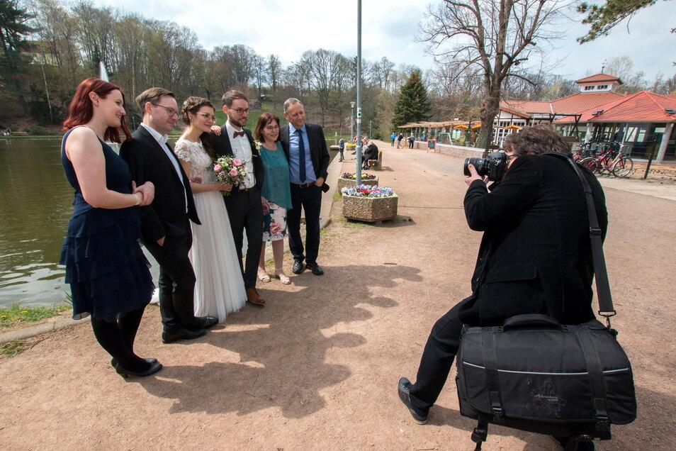 Michaela und Sebastian Kühne wollten nach ihrer kirchlichen Trauung am Sonnabend im Bürgergarten groß feiern. Das ging nicht. Nur Fotos im Park waren drin.
