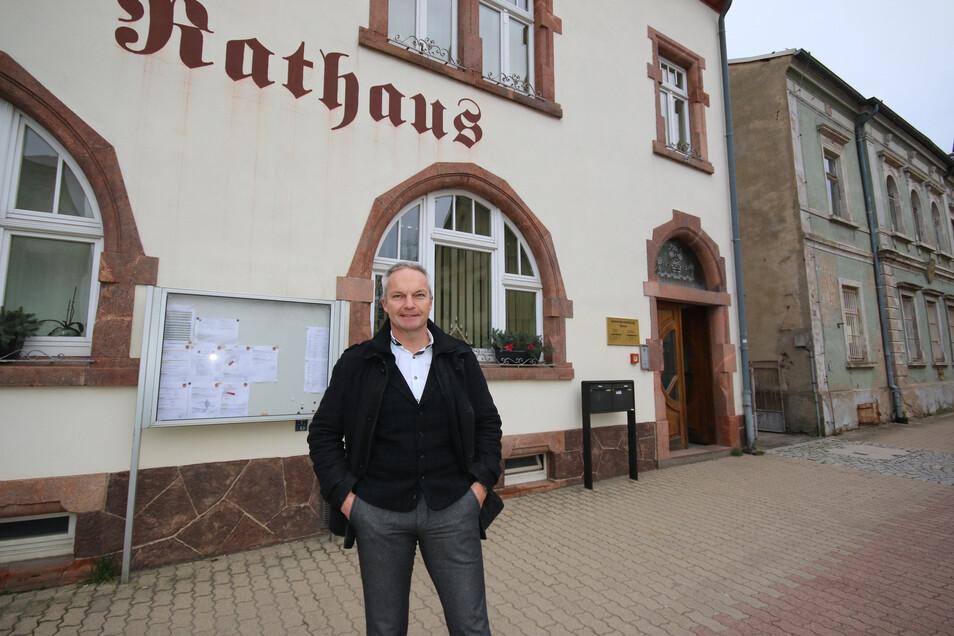 Nach zwei Monaten trifft sich der Ostrauer Stadtrat erstmals wieder - in der Schulturnhalle. Bürgermeister Dirk Schilling (CDU) empfiehlt einen Mund-Nasen-Schutz.