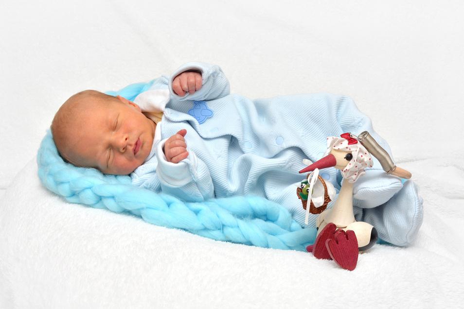 Tom Büttner, geboren am 9. Dezember, Geburtsort: Städtisches Klinikum Dresden, Gewicht: 3.120 Gramm, Größe: 50 Zentimeter, Eltern: Peggy und Thomas Büttner, Wohnort: Radebeul