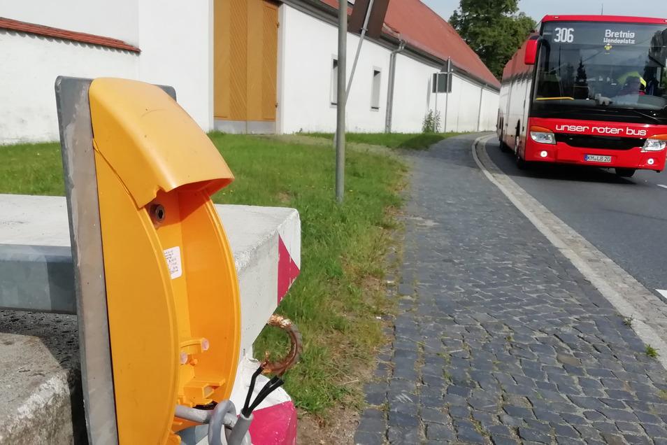 Eine Ampel soll provisorisch für mehr Schulwegsicherheit im Großröhrsdorfer Ortsteil Bretnig sorgen. Doch sie wurde schon zum dritten Mal beschädigt.