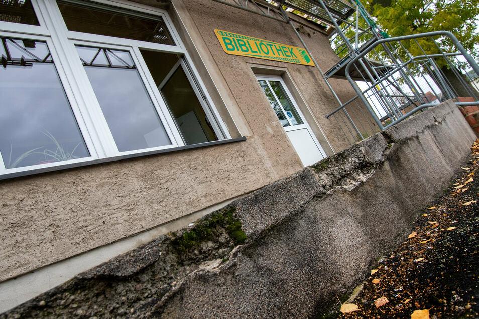 Die Rollstuhlrampe und die Treppe zum Eingangsbereich der Roßweiner Stadtbibliothek werden ab Mitte November saniert.