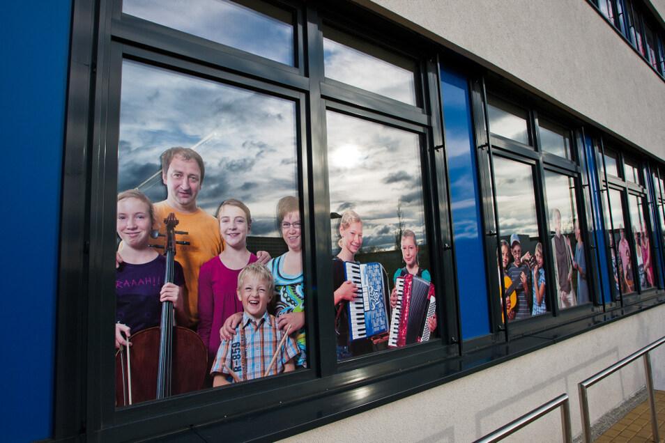 Schon an den Fenstern an der Lausitzhalle ist zu erkennen, wo die Musikschule zu Hause ist.