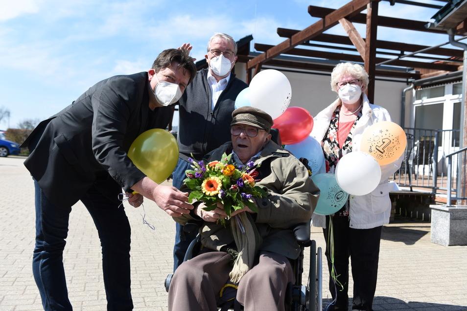 Werner Seidel aus dem Pflegeheim Schönerstädt (dritter von links) ist am Dienstag 100 Jahre alt geworden. Zum Geburtstag gab es Blumen vom Bürgermeister (links) und eine Torte vom Sohn Andreas mit Frau (zweiter von links).