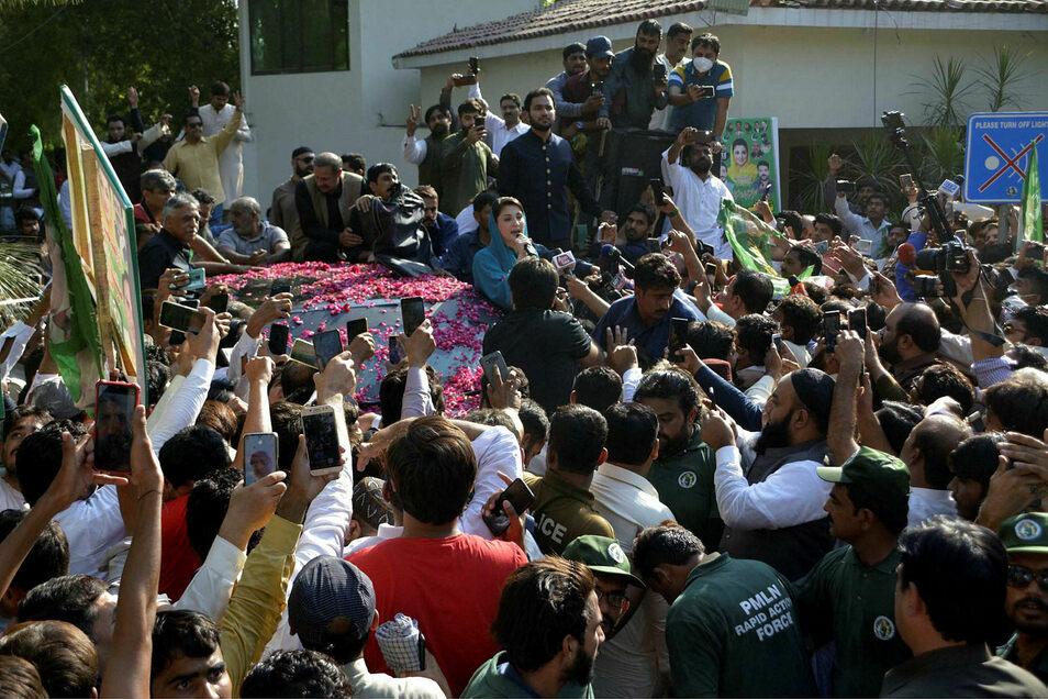 Maryam Nawaz , Vizepräsidentin der Pakistanischen Muslimliga, spricht zu Parteianhängern vor ihrer Abreise zu der Kundgebung einer neuen Oppositionsbewegung in Gujranwala.