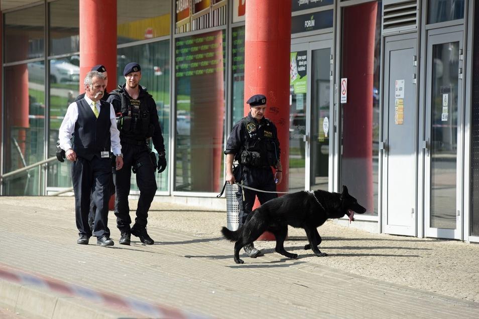 Beamte waren mit Bombenspürhunden im Einkaufszentrum unterwegs.