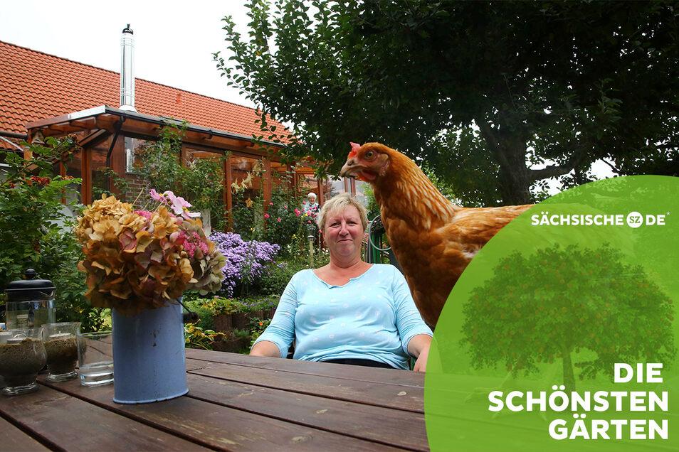Gartenfreundin Susann Glücklich lebt mit ihrer großen Familie unter einem Dach. Seit dem Sommer gehören auch vier Hühner dazu. Huhn Grete ist das zahmste und liebste.