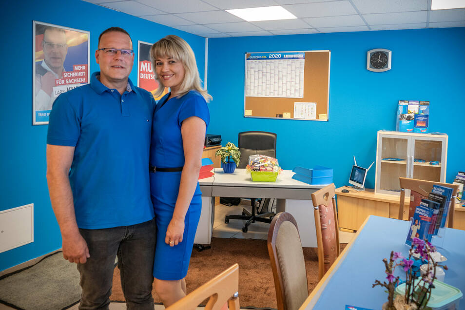 Im Beisein seiner Lebensgefährtin Soja Ort hat Lars Kuppi das AfD-Büro in Waldheim eröffnet.