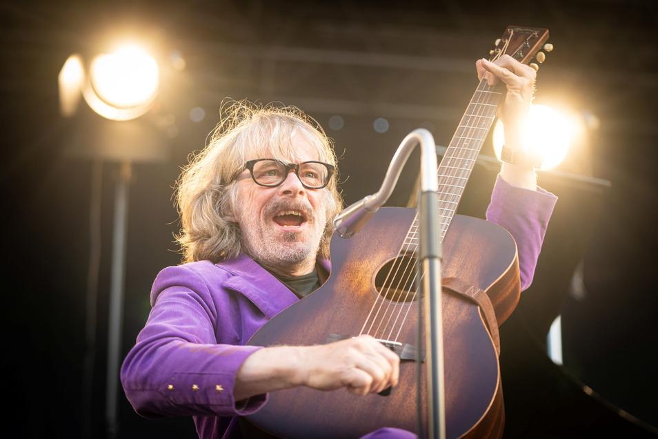 """Das Dresdner Konzerte eröffnete Helge Schneider mit Gitarre und seinem Lied """"Der Pabst"""", bei ihm tatsächlich mit b geschrieben."""