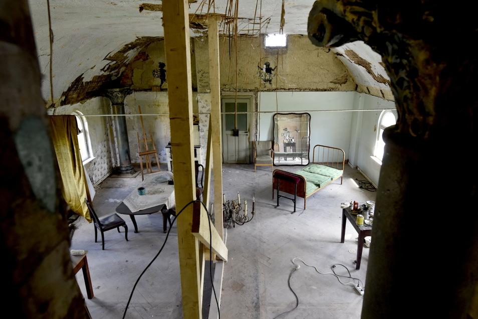 Blick in den früheren Tanzsaal. René Kuhnt hat die Wände der kleinen Kemenaten herausgerissen und den großen Raum wieder freigelegt. An den Wänden kommen alte Malereien zum Vorschein.