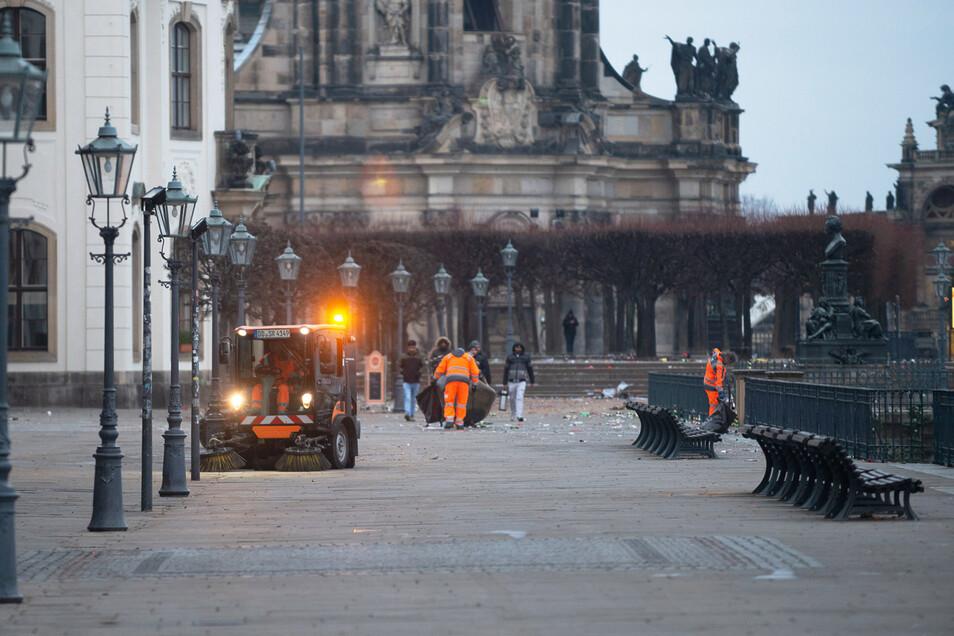 Die Polizei hat die Plakette inzwischen von der Brühlschen Terrasse entfernt.