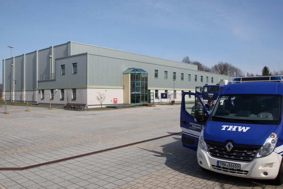Sporthalle am BSZ in Pirna-Copitz: Acht Raumzellen mit Bauzäunen und Planen für Verdachtsfälle abgetrennt.