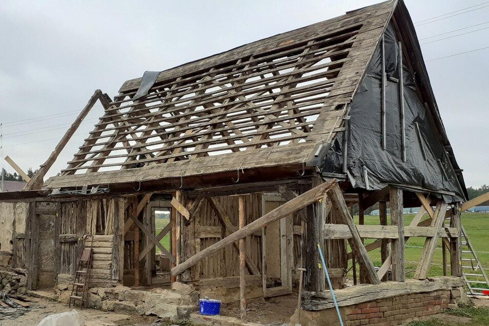 Der Grundstücksbesitzer schenkte das Gebäude dem Neschwitzer Heimatverein. Der begann im Oktober 2020 unter fachlicher Anleitung mit dem Rückbau des 300 Jahre alten Gebäudes.