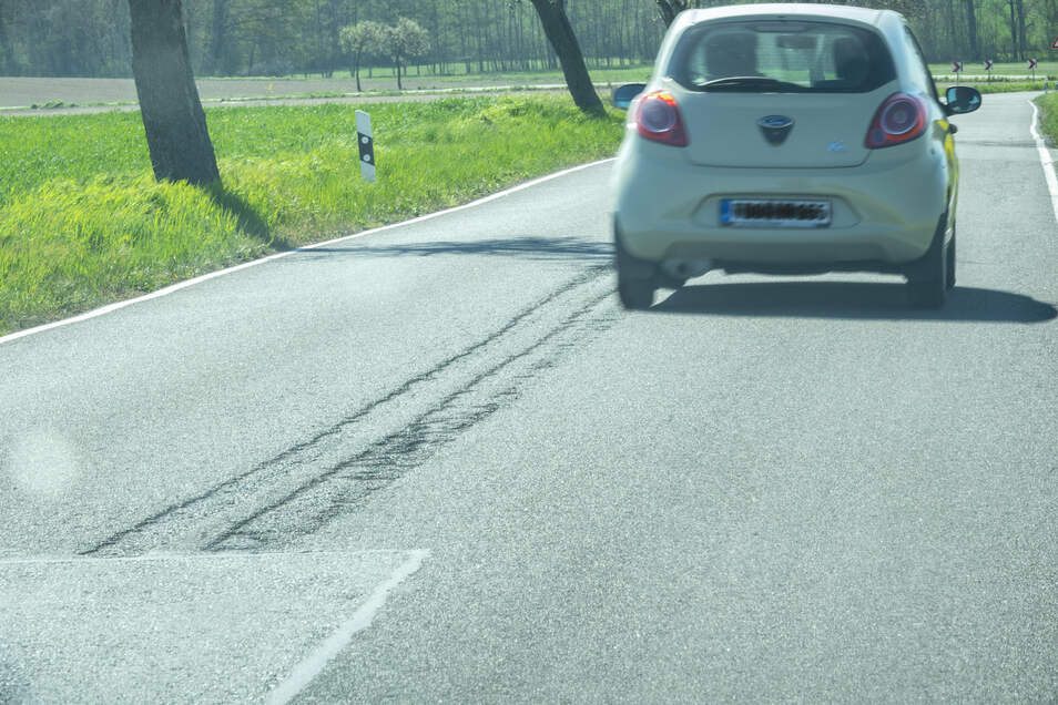 Die Straße zwischen Riesa und Mautitz weist an vielen Stellen Schäden auf. Nun bereitet die Stadt eine Sanierung vor.